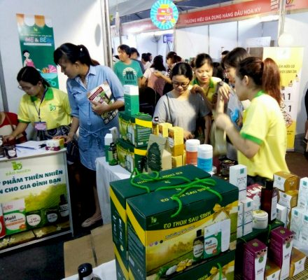 Tham gia những hội chợ có bán những sản phẩm giảm eo sau sinh uy tín để được tư vấn chính xác.