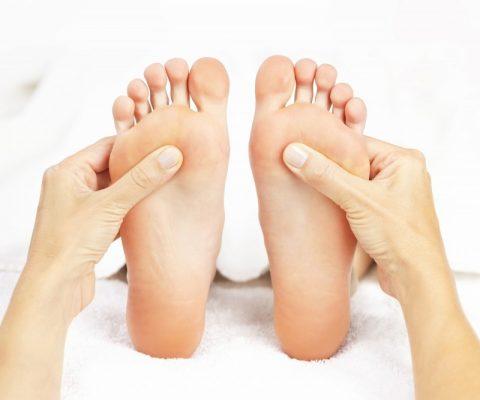 Bàn chân bị lạnh khiến cơ thể rất dễ bị lạnh