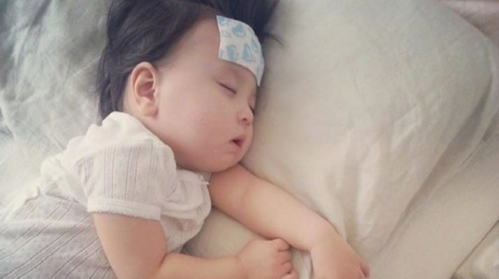 cách sử dụng dầu tràm cho trẻ sơ sinh cũng hiệu quả là đợi khi tắm xong mẹ hãy sức dầu tràm lên thái dương cho bé