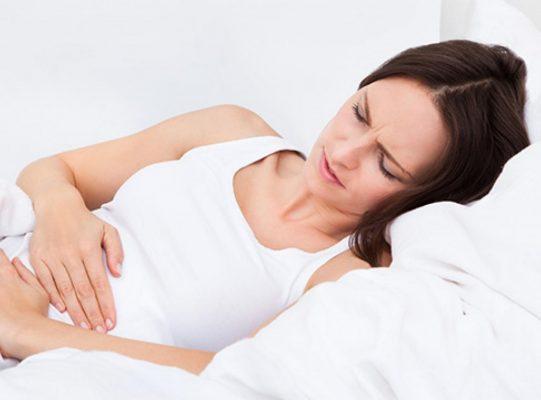 Chảy máu hay đau quặn bất ngờ là dấu hiệu mang thai sớm.