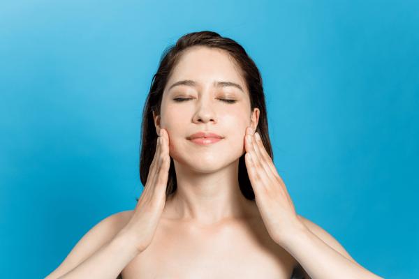 Massge mặt sẽ tăng khả năng hiệu quả trong quá trình làm đẹp da mặt của mẹ