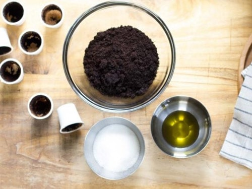 Làm đẹp da mặt sau sinh với bã cà phê và tinh dầu oliu là một phương pháp phổ biến hiện nay