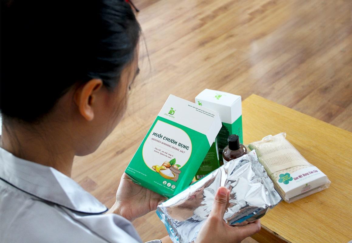 Muối chườm bụng có thành phần từ: muối khoáng, gừng, nghệ, ngải cứu, quế chi và một số thảo dược khác