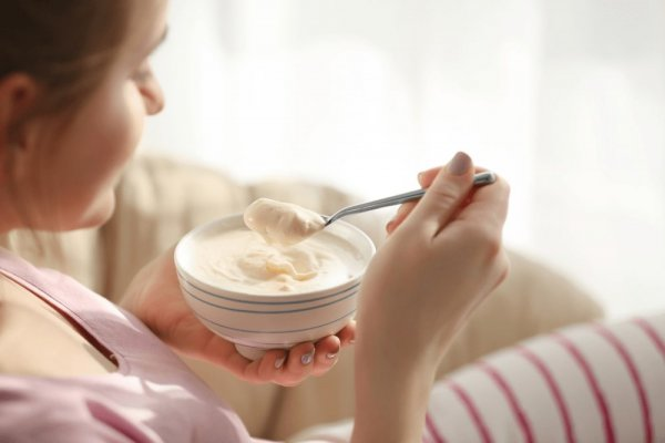 Mẹ nên chú ý ăn sữa chua không nên để lạnh vì ăn lạnh sẽ ảnh hưởng đến men răng