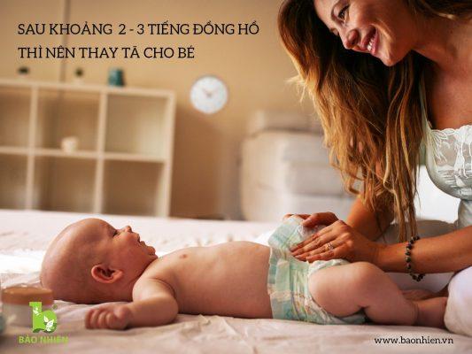 Sau khoảng 2 – 3 tiếng đồng hồ thì nên thay dù có bẩn hay không mẹ nhé!