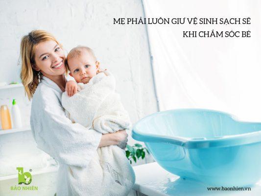 Mẹ phải luôn giữ vệ sinh sạch sẽ khi chăm sóc trẻ